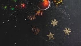 Conceito da estação do cumprimento ajuste da mão dos ornamento em um Natal fotos de stock royalty free
