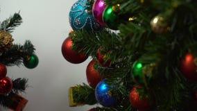 Conceito da estação do cumprimento ajuste da mão dos ornamento em um Natal foto de stock royalty free