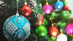 Conceito da estação do cumprimento feche acima dos ornamento em um tre do Natal imagens de stock