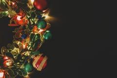 Conceito da estação do cumprimento Grinalda do Natal com luz decorativa o fotografia de stock royalty free