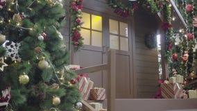 Conceito da estação do cumprimento A suspensão Cardan disparou dos ornamento na árvore de Natal com luz decorativa e na casa dian foto de stock royalty free