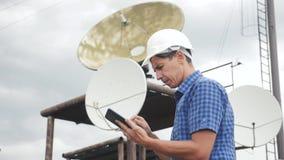 Conceito da estação do estilo de vida da produção da indústria do conceito da conexão a Internet da telecomunicação Homem do trab vídeos de arquivo
