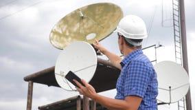 Conceito da estação do estilo de vida da produção da indústria do conceito da conexão a Internet da telecomunicação Homem do trab filme