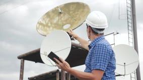 Conceito da estação da produção do estilo de vida da indústria do conceito da conexão a Internet da telecomunicação Homem do trab video estoque