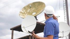 Conceito da estação da produção da indústria do conceito da conexão a Internet do estilo de vida da telecomunicação Homem do trab filme