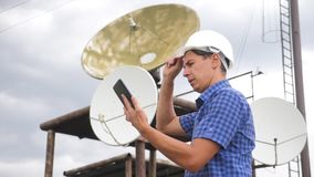Conceito da estação da produção da indústria do conceito da conexão a Internet da telecomunicação Coordenador do homem do trabalh filme