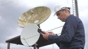 Conceito da estação da produção da indústria do conceito da conexão a Internet da telecomunicação Coordenador do homem do trabalh video estoque