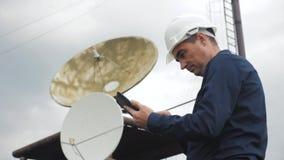 Conceito da estação da produção da indústria do conceito da conexão a Internet da telecomunicação Coordenador do homem do trabalh vídeos de arquivo