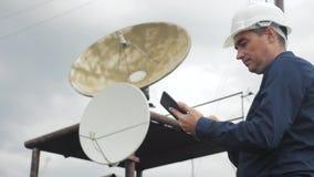 Conceito da estação da produção da indústria do conceito da conexão a Internet da telecomunicação Homem do estilo de vida do trab filme