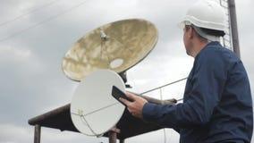 Conceito da estação da produção da indústria do conceito da conexão a Internet da telecomunicação homem do trabalhador do canal d filme