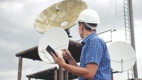 Conceito da estação da produção da indústria do conceito da conexão a Internet da telecomunicação Homem do trabalhador do estilo  video estoque