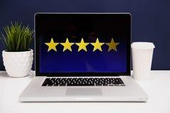 Conceito da experiência do cliente em linha, os melhores serviços excelentes que avaliam para o presente da satisfação à mão do c foto de stock
