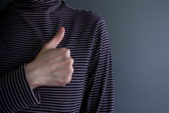 Conceito da experiência do cliente Cliente feliz com polegar acima meaning foto de stock royalty free