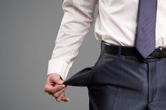 Conceito da falência O homem de negócios despeja um bolso vazio fotos de stock