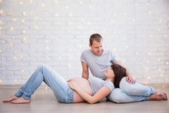 Conceito da família, da paternidade e da felicidade - looki grávido dos pares Imagem de Stock Royalty Free