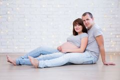 Conceito da família, da paternidade e da felicidade - retrato de grávido Imagens de Stock Royalty Free