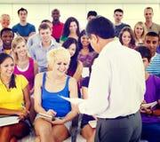 Conceito da felicidade da educação da sala de leitura dos estudantes do grupo Foto de Stock Royalty Free