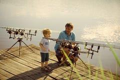 Conceito da felicidade das crianças da infância da criança Homem e rapaz pequeno que gastam o tempo exterior e a pesca fotografia de stock royalty free