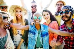 Conceito da felicidade do partido da praia dos amigos dos adolescentes foto de stock royalty free