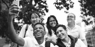 Conceito da felicidade dos amigos dos estudantes da diversidade imagem de stock royalty free
