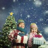 Conceito da felicidade dos presentes das crianças do Natal Imagens de Stock