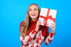 Conceito da felicidade e da maravilha em feriados de inverno! Surpresa imagens de stock royalty free