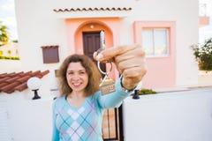 Conceito da festa de inauguração, de bens imobiliários, de propriedade e de mover-se - proprietário de casa novo com chave imagens de stock royalty free