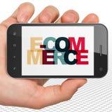 Conceito da finança: Mão que guarda Smartphone com comércio eletrônico na exposição Fotografia de Stock