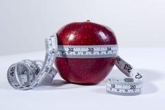 Conceito da fita métrica e da maçã fotos de stock royalty free