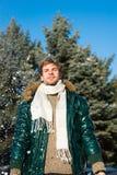 Conceito da forma do inverno O indivíduo aprecia o dia de inverno ensolarado Dia de inverno nevado da caminhada do moderno Flocos imagens de stock