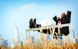 Conceito da fuga de Relaxation Freedom Happiness do homem de negócios imagens de stock royalty free