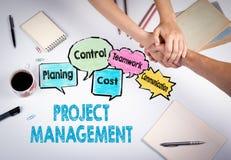 Conceito da gestão do projeto A reunião na tabela branca do escritório Fotos de Stock Royalty Free