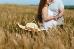 Conceito da gravidez Homem e mulher gravida no campo em um foco seletivo Esperando o bebê Bebê de espera dos pares felizes imagens de stock royalty free