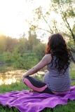 Conceito da gravidez Relaxe na natureza Fotos de Stock