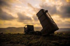 Conceito da guerra A cena de batalha com lança-foguetes visou o céu sombrio no tempo do por do sol Veículo de Rocket pronto para  foto de stock