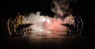 Conceito da guerra Silhuetas dos soldados no tabuleiro de xadrez Conceito da guerra Silhuetas militares que lutam a cena no fundo Fotos de Stock