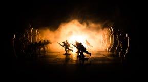 Conceito da guerra Silhuetas dos soldados no tabuleiro de xadrez Conceito da guerra Silhuetas militares que lutam a cena no fundo Imagens de Stock