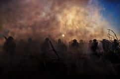 Conceito da guerra Silhuetas militares e tanques que lutam a cena no fundo do céu da névoa da guerra, silhuetas dos soldados da g Fotos de Stock Royalty Free