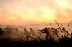 Conceito da guerra Silhuetas militares e tanques que lutam a cena no fundo do céu da névoa da guerra, silhuetas dos soldados da g Imagens de Stock Royalty Free