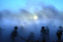 Conceito da guerra Silhuetas militares e tanques que lutam a cena no fundo do céu da névoa da guerra, silhuetas dos soldados da g Foto de Stock Royalty Free