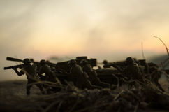 Conceito da guerra Silhuetas militares e tanques que lutam a cena no fundo do céu da névoa da guerra, silhuetas dos soldados da g Imagem de Stock Royalty Free