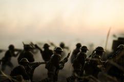 Conceito da guerra Silhuetas militares e tanques que lutam a cena no fundo do céu da névoa da guerra, silhuetas dos soldados da g Fotografia de Stock Royalty Free