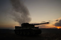 Conceito da guerra Silhuetas militares que lutam a cena no fundo do céu da névoa da guerra, silhuetas alemãs dos tanques da guerr Foto de Stock