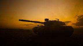 Conceito da guerra Silhuetas militares que lutam a cena no fundo do céu da névoa da guerra, silhuetas alemãs dos tanques da guerr Fotos de Stock Royalty Free