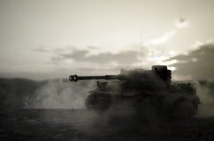 Conceito da guerra Silhuetas militares que lutam a cena no fundo do céu da névoa da guerra, silhuetas alemãs dos tanques da guerr Fotografia de Stock