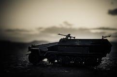 Conceito da guerra Silhuetas militares que lutam a cena no fundo do céu da névoa da guerra, silhuetas alemãs dos tanques da guerr Imagem de Stock Royalty Free