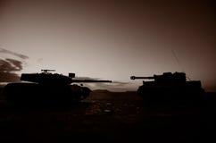 Conceito da guerra Silhuetas militares que lutam a cena no fundo do céu da névoa da guerra, silhuetas alemãs dos tanques da guerr Fotografia de Stock Royalty Free