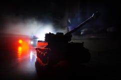 Conceito da guerra Silhuetas militares que lutam a cena no fundo do céu da névoa da guerra, silhuetas alemãs dos tanques da guerr Fotos de Stock