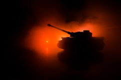 Conceito da guerra Silhuetas militares que lutam a cena no fundo do céu da névoa da guerra, silhuetas alemãs dos tanques da guerr Foto de Stock Royalty Free
