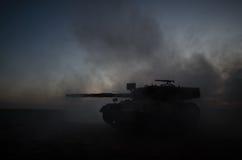 Conceito da guerra Silhuetas militares que lutam a cena no fundo do céu da névoa da guerra, silhuetas alemãs dos tanques da guerr Imagem de Stock